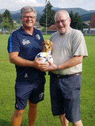 Hundeflüsterer und Motorradfan spenden FVU-Spielball