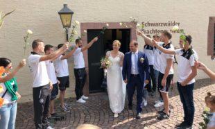 DJK gratulierte mit großem Spalier Markus und Cindy Schäfer zur Hochzeit