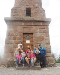 Familien wanderten zusammen zum Moosturm