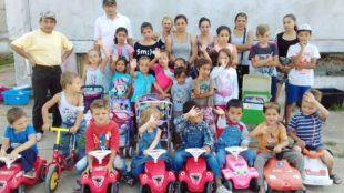 Mitarbeiter der Sparkasse Haslach-Zell lassen Kinderaugen in Rumänien strahlen