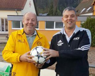 Clemens Halter spendet den Spielball