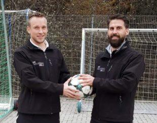 Matthias Lehmann spendet den Spielball