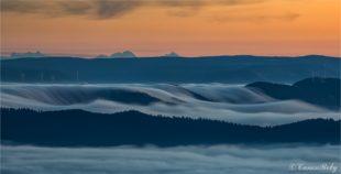 Herbstliches Wetterschauspiel mit Nebelfluss ins Harmersbachtal