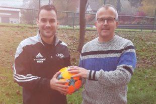 Clemens Schäck spendet den SVO-Spielball