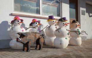 Schneemänner und -frauen tricksen Winter aus