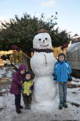 Die ersten Schneemänner des Winters sind gebaut