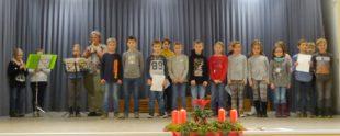 Kommunionkinder überraschen Senioren bei Adventsfeier