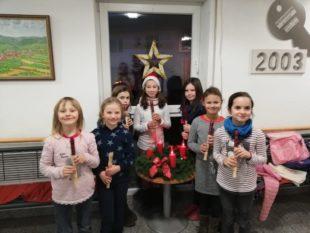Kinder bezaubern Senioren im Haus Kapellenblick mit Weihnachtsmusik