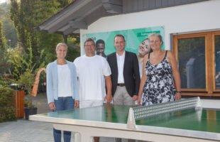 Neue Tischtennisplatten erweitern Freizeitangebot im Schwimmbad