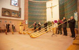 Acht Alphörner erklangen im Gottesdienst