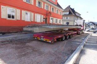 Tragseilhülse gerissen: Betonplatte kracht zurück auf LKW