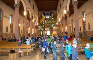 Palmen zieren die Kirche