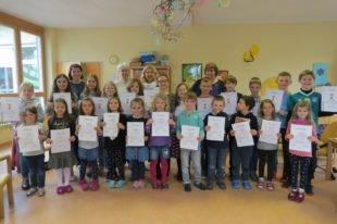 Kindergartenkinder hören gerne Geschichten von jungen Lesern