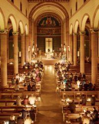 Feierliche Auferstehungsmesse beendet in der Osternacht das Schweigen