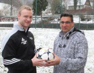 Stefan Ernst spendet den Ball