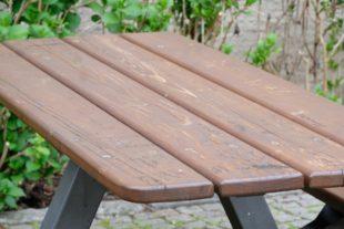 Schmiererei auf Tischen und Bänken