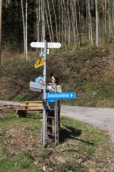 Schwarzwaldverein reinigt Schilder und pflegt Wege
