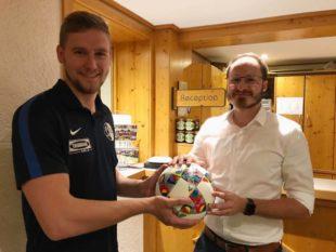 FVU-Aktivposten Philipp Lehmann spendete Spielball