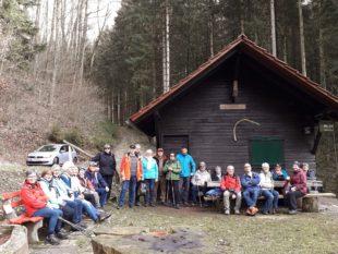 Zwischen Schnee und Frühlingsluft  Dienstagswanderer genossen Fernsicht in Oberharmersbach