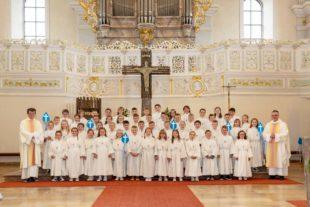 Kommunionkinder lassen christliche Symbole segnen