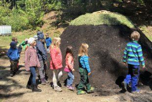Kinder am Nordracher Kohlenmeiler