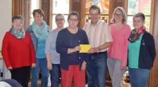 Frauengemeinschaft übergibt Spende an Sozialstation St. Raphael