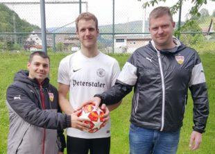 Ballspende von VfB-Fans