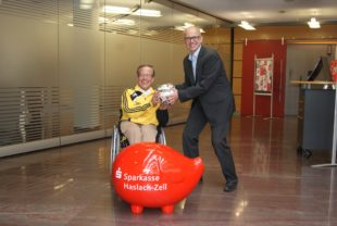 Sparkasse spendet den Derby-Ball