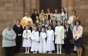 Kommunionkinder brachten ihre Wünsche für die Zukunft im Festgottesdienst zum Altar