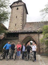 CDU-Kandidaten mit Fahrrädern an Verkehrsknotenpunkten unterwegs