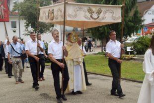 Mit Prozession und Blumenteppichen
