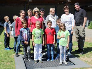 Elternbeirat übergibt Trampolin an die Grundschule Biberach