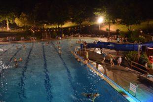 900 Besucher beim Flutlichtbaden