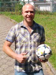 Dominik Isenmann spendet Spielball für das Ortsturnier