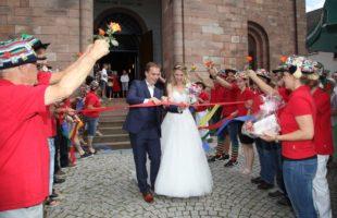 Frisch vermähltes Brautpaar beweist Stehvermögen bei Gratulationsrunde