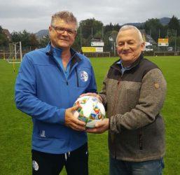 FVU-Boss Dieter Heitzmann spendet den Derby-Spielball