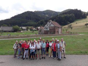 Dienstagswanderer hatten im August Vogtsbauernhöfe zum Ziel