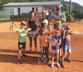 Kinder schwangen den Tennisschläger