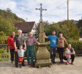 In Gemeinschaftsaktion Kreuz im Oberdorf wieder aufgerichtet