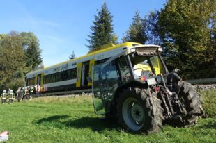 Traktor kollidiert mit fahrendem Zug