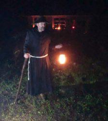 Nachts, mit Laternen ausgestattet, auf der Suche nach dem Moospfaff