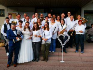 Trachtenkapelle Nordrach gratuliert Melanie Welte und Thorsten Kimmig