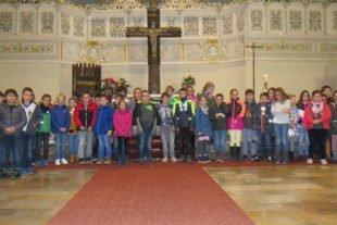 44 Kinder auf dem Weg zum Weißen Sonntag