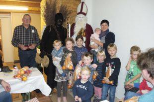 Nach der Laternenwanderung lockte man den Nikolaus herbei