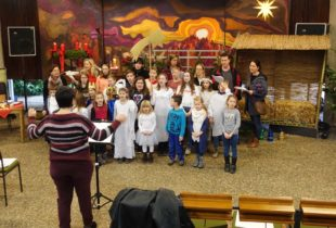 Proben für das Weihnachtsmusical in der evangelischen Kirche