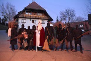Nikolaus und Knecht Ruprecht ziehen am 5. Dezember durch das Dorf