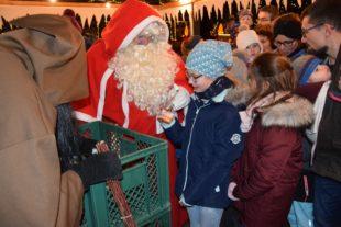 Nikolaus und Knecht Ruprecht besuchten den Biberacher Weihnachtsmarkt