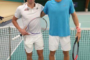 Sportfans sehen Spitzentennis in der Tennishalle