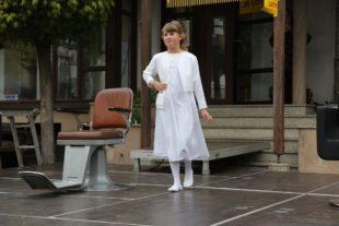 Katja Kastens präsentiert Kleider für Taufe und Kommunion