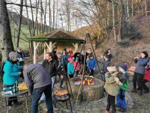 Beim Waldspeckgrillen mit dem Wander- und Freizeitverein